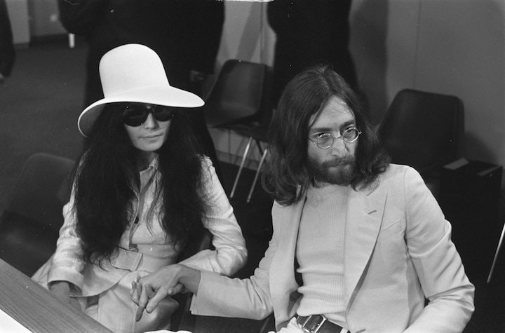 2016_11_Yoko_Ono_and_John_Lennon_at_Schiphol-1.jpg